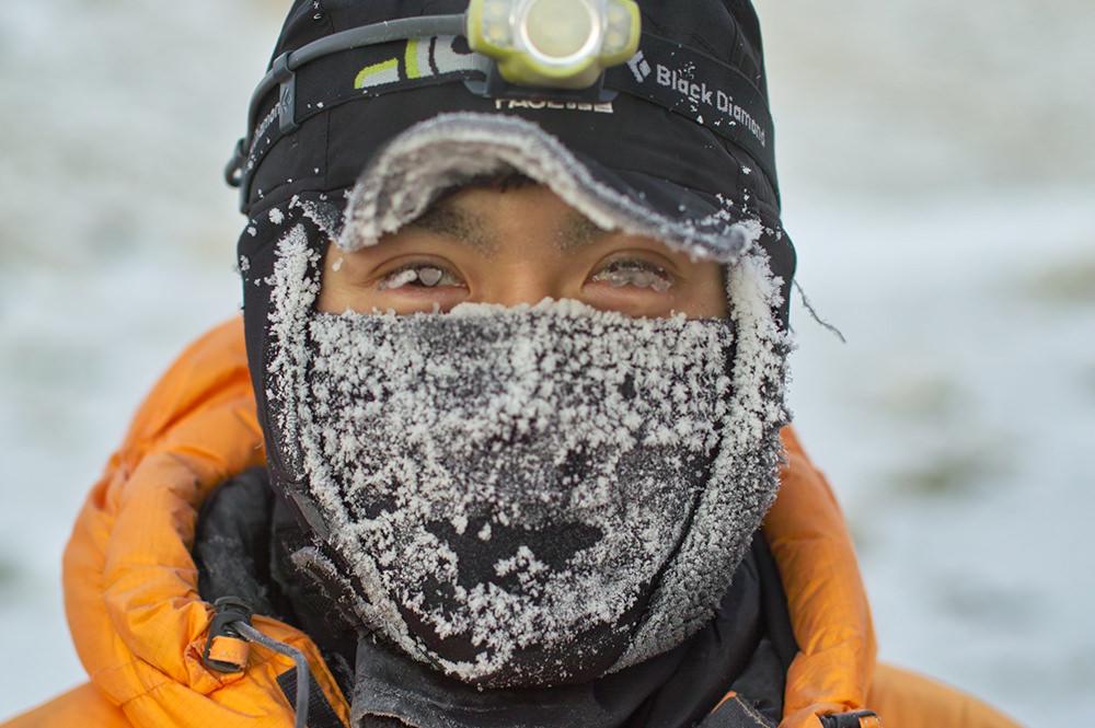 南極に立つ村上氏。目のほかは防寒着で覆われている
